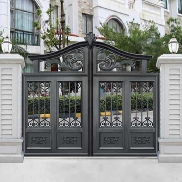 Cửa cổng được tu sửa và cải tạo trở nên sang trọng hơn