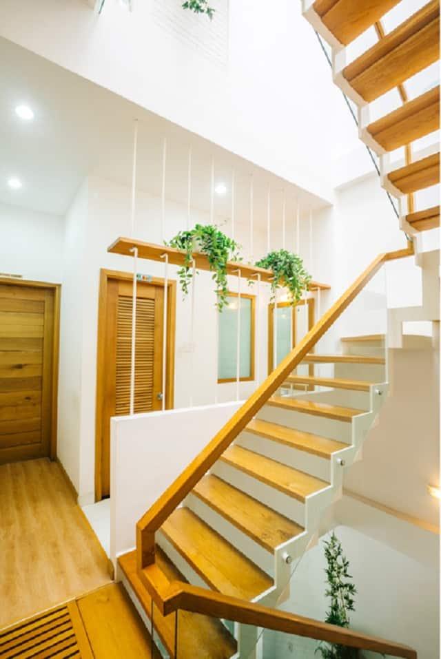 Với thiết kế cầu thang gỗ đã giúp không gian ngôi nhà trở nên đẳng cấp hơn
