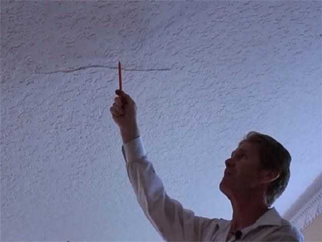Việc xử lý các vết nứt chân chim trên trần và tường nhà khá đơn giản