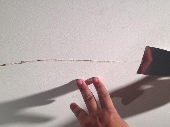 mẹo xử lý vết nứt trần nhà đơn giản