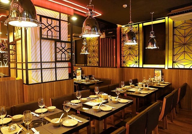 Mẫu nhà hàng thiết kế đơn giản, tinh tế nhưng sang trọng nhờ hệ thống chiếu sấng ấn tượng