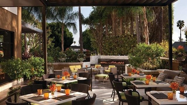 Không gian mở ngoài trời cùng cách sắp xếp bàn ghế với kiểu dáng ấn tượng tạo nên sức hút cho nhà hàng
