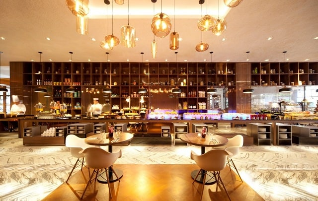 Phong cách phòng bếp của nhà hàng được thiết kế với nhiều nét ấn tượng, sang trọng