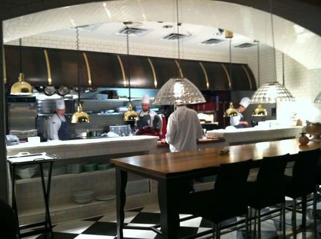 Nhà bếp được thiết kế với những chi tiết tối giản và các phụ kiện đi kèm được sắp xếp hợp lý