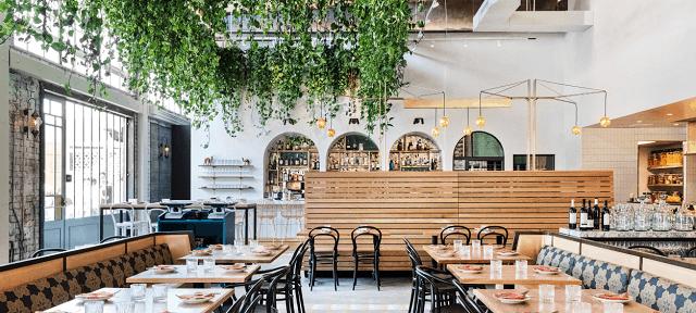 Nhà hàng được thiết kế với không gian thiên nhiên xanh và tận dụng tối đa nguồn ánh sáng tự nhiên