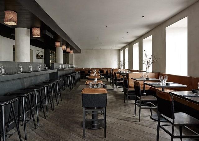 Khu vực thưởng thức món ăn của thực khách không nằm gần gian bếp để đảm bảo cảm giác thoải mái, tự nhiên