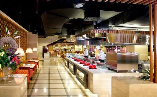 Vừa bước vào nhà hàng thực khách đã cảm nhận được không gian nhà hàng sang trọng, sạch sẽ và các khu vực được bày trí ấn tượng