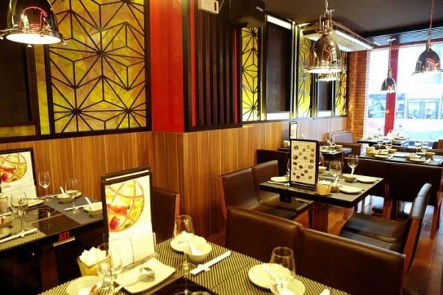 Nhà hàng vừa tận dụng ánh sáng tự nhiên, vừa khai thác ánh sáng nhân tạo mang đến không gian thoáng đãng, gần gũi và rất ấm áp