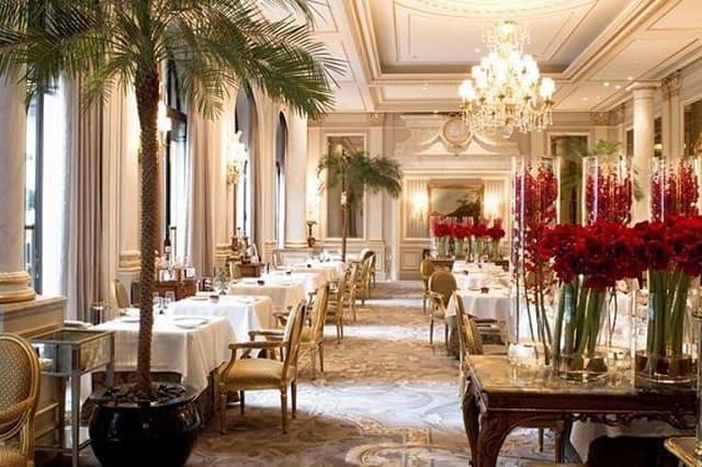 Nhà hàng thiết kế theo phong cách cổ điển với chiếc đèn chùm sang trọng, lộng lẫy