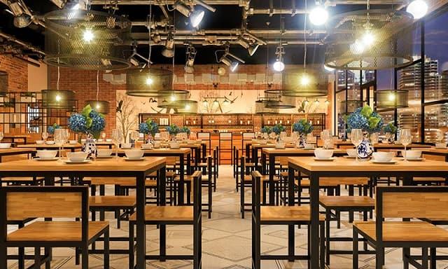 Nhà hàng thiết kế theo hình thức các dãy bàn tập trung nhưng vẫn đảm bảo tính riêng tư