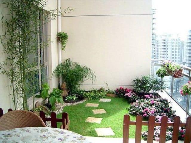 Kệ trồng cây ban công giúp tiết kiệm không gian, thoải mái với ban công xanh