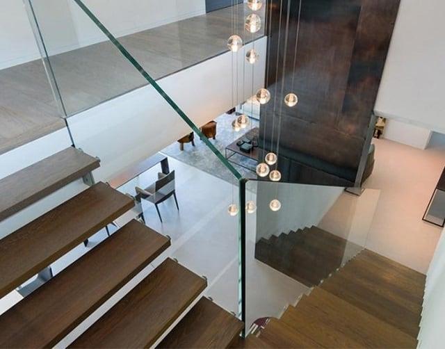 Cầu thang ngăn giữa phòng khách và bếp đang khá thịnh hành