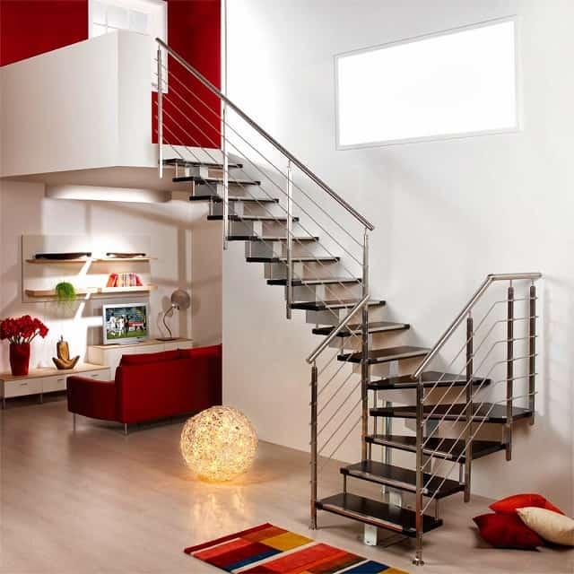 Cầu thang làm sát tường sẽ tiết kiệm diện tích và an toàn hơn