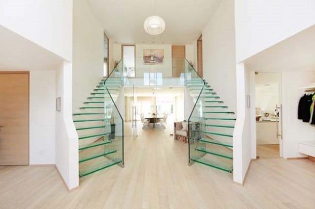 Cầu thang gỗ kết hợp lan can bằng kính đẹp mắt