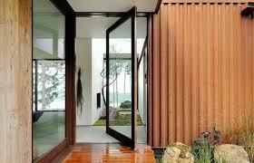 Nên chọn cửa ra vào bằng gỗ hay kính?