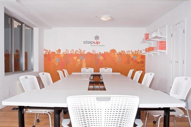 Phòng họp với tông màu trắng xám khá tinh tế