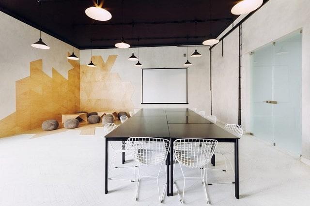 Văn phòng hiện đại được phối tông gỗ trầm mang tới cảm giác cao cấp, chuyên nghiệp.