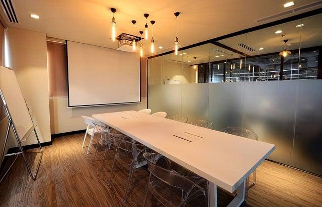 Phòng họp ấn tượng với thiết kế đèn thả trần lớn