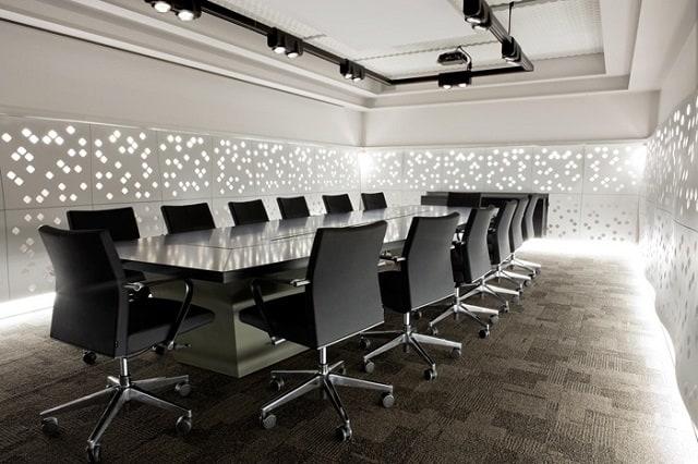 Phòng họp hài hòa với gam màu trắng và ghế trong suốt tinh tế