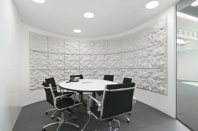 Phòng họp đầy nghệ thuật với nhiều điểm nhấn trang trí trên tường