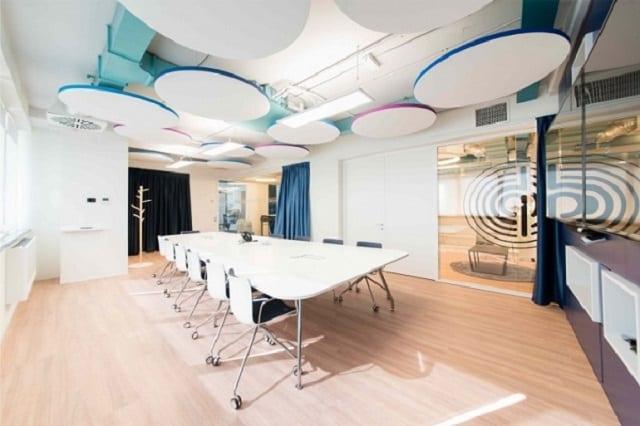 Đồ nội thất đồng bộ tạo nên cảm giác thanh lịch, chuyên nghiệp cho phòng họp