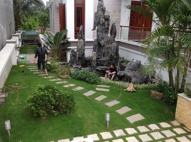 Mẫu sân vườn hẹp bề ngang vẫn rộng nhờ thiết kế lối đi gấp khu vuông góc