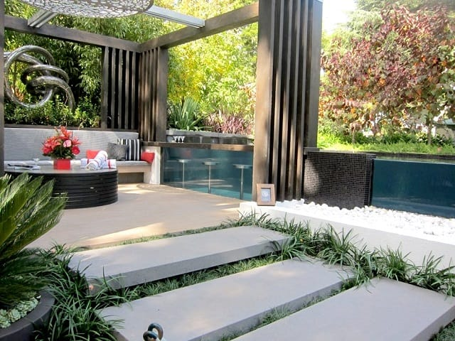 Sân vườn hẹp trở thành nơi đọc sách, uống trà lý tưởng