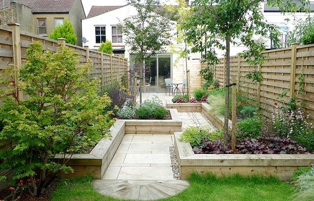 Sân vườn mát mẻ với gam màu xanh từ các thảm cỏ và cây xanh