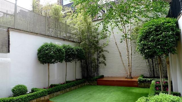 Sân vườn đơn giản với điểm nhấn từ thác nước nhỏ