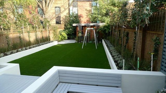 Sân vườn với thảm cỏ mịn và rộng