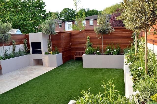 Sân vườn thoáng mát với thảm cỏ trải rộng và cây xanh