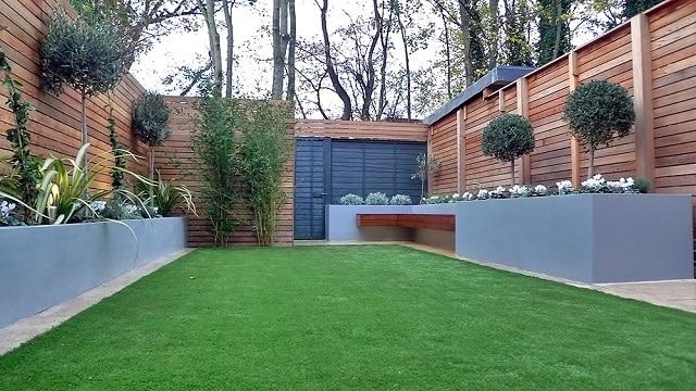 Sân vườn với khoảng không gian xanh và bàn ghế thưởng thức cà phê tại nhà