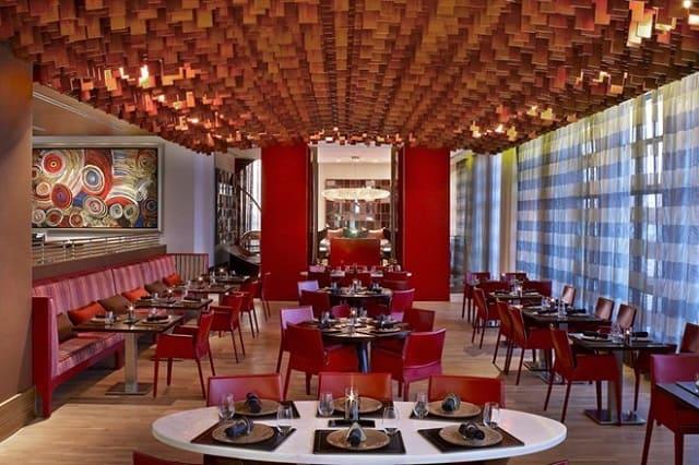 Khung cảnh nhà hàng được thiết kế đơn giản với gam màu đỏ ấn tượng cùng những bộ bàn ghế xinh xắn