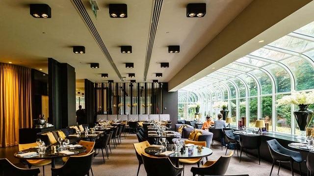 Nhà hàng tận dụng tối đa nguồn ánh sáng tự nhiên bên ngoài và cách bố trí không gian nội thất sang trọng, thời thượngNhà hàng tận dụng tối đa nguồn ánh sáng tự nhiên bên ngoài và cách bố trí không gian nội thất sang trọng, thời thượng