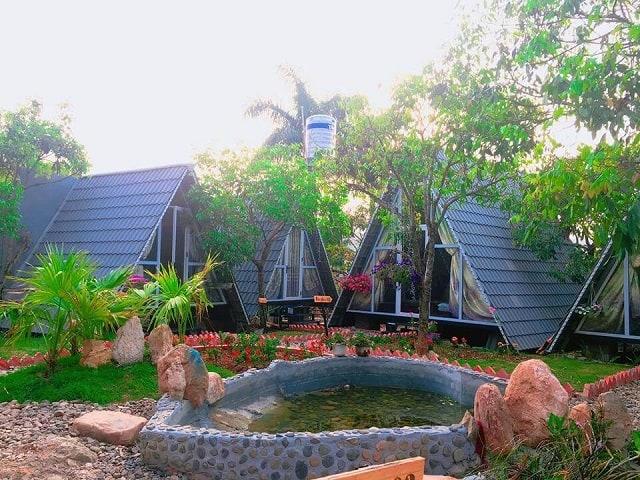 Những căn chòi hình tam giác được dựng kiên cố quanh khu vườn xanh ngát luôn làm bạn cảm thấy thích thú
