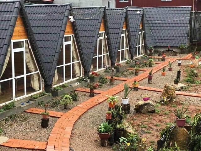 Những căn Homestay nhỏ hình tam giác với cách trang trí xinh xắn cùng vườn cây phía trước là ý tưởng hoàn hảo