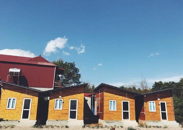 Mỗi căn Homestay đều được thiết kế với kiểu dáng cách điệu cùng chất liệu gỗ tạo nét ấn tượng