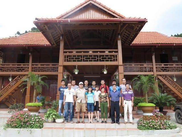 Homestay được thiết kế theo kiểu nhà truyền thống với chất liệu gỗ tạo sự kiên cố nhưng vẫn rất gần gũi