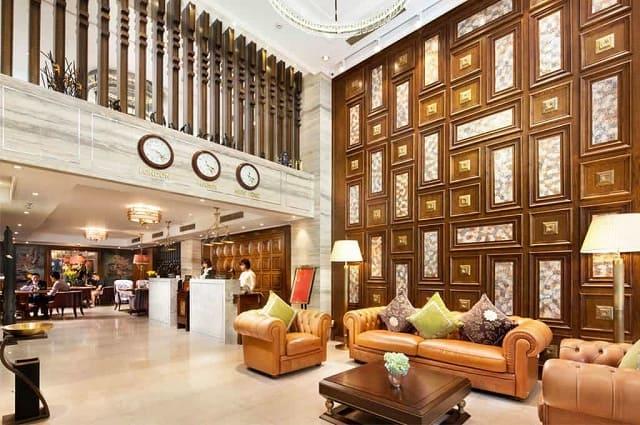 Khách sạn hiện lên như một cung điện nguy nga, kiến cố giữa khuôn viên có cây xanh bắt mắt