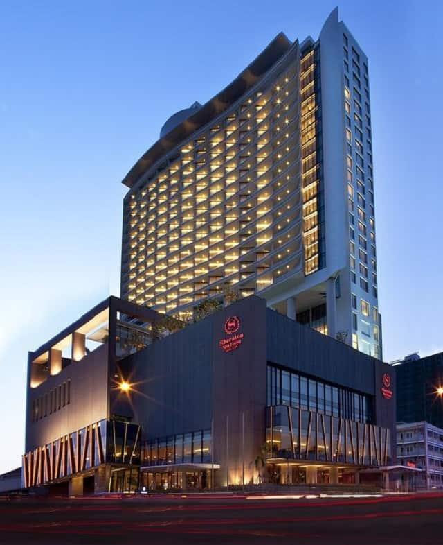 Mẫu khách sạn thiết kế đơn giản với gam màu trắng và vàng nhưng tổng thể rất nổi bật