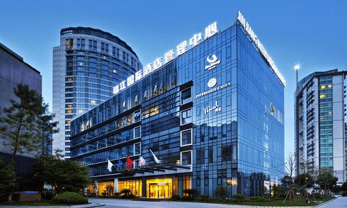 Sảnh khách sạn thiết kế đơn giản, tinh tế và mang đến sự san g trọng cho nơi tiếp đón khách hàng