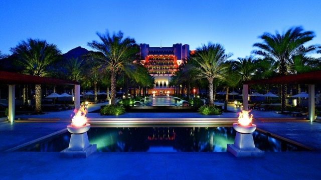 Không gian trong khách sạn mang đến vẻ đẹp hiện đại và tinh tế với hệ thống cửa kính lớn