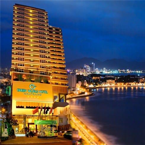 Vị trí khách sạn hướng ra biển, phòng ốc được thiết kế cửa sổ không gian mở