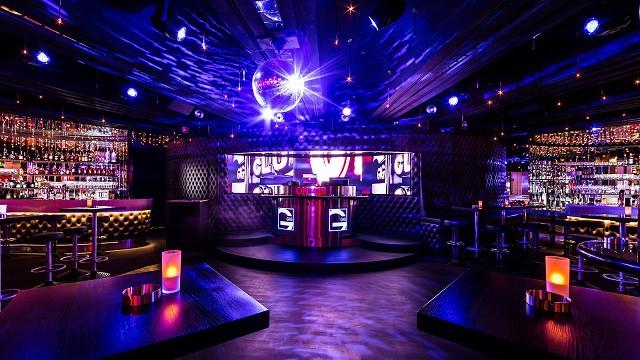 Không gian trong quán Bar hiện lên lộng lẫy với những màu sắc hài hòa, tươi sáng