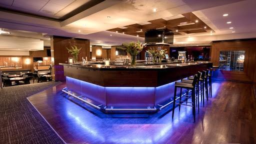Sự bố trí nhiều không gian khác nhau trong quán Bar sẽ tạo được sức hút với khách hàng