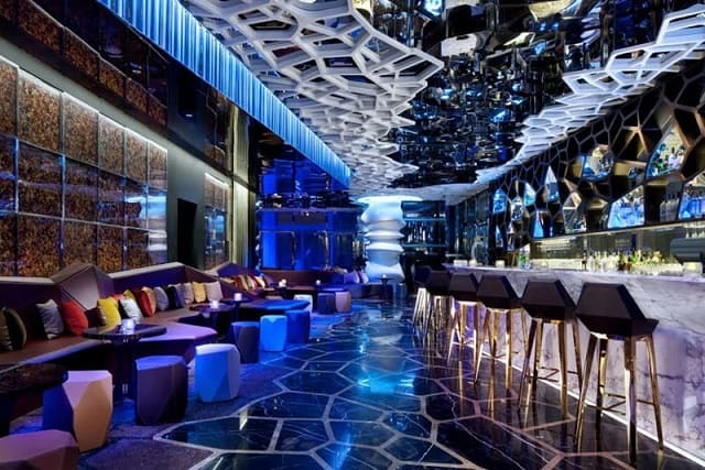 Quán Bar có hệ thống chiếu sáng ấn tượng phù hợp với phong cách trang trí