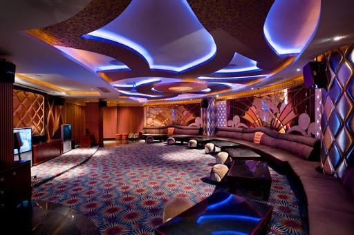 Điểm nhấn của quán Bar đó chính là những trái cầu kim loại ở trên trần nhà khi kết hợp với hệ thống ánh sáng