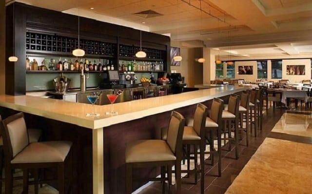 Hệ thống đèn điện trong quán Bar làm cho không gian trong quán thêm sáng và sôi động hơn