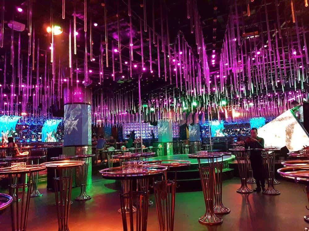 Thiết kế quán Bar theo phong cách sang trọng, hạn chế ánh sáng nhộn nhịp phù hợp với nhiều đối tượng khách hàng