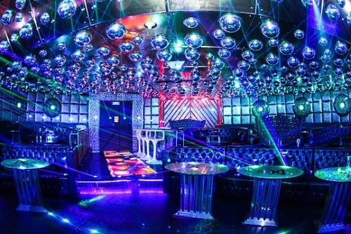 Không gian trong quán Bar Club được thiết kế đơn giản, mộc mạc